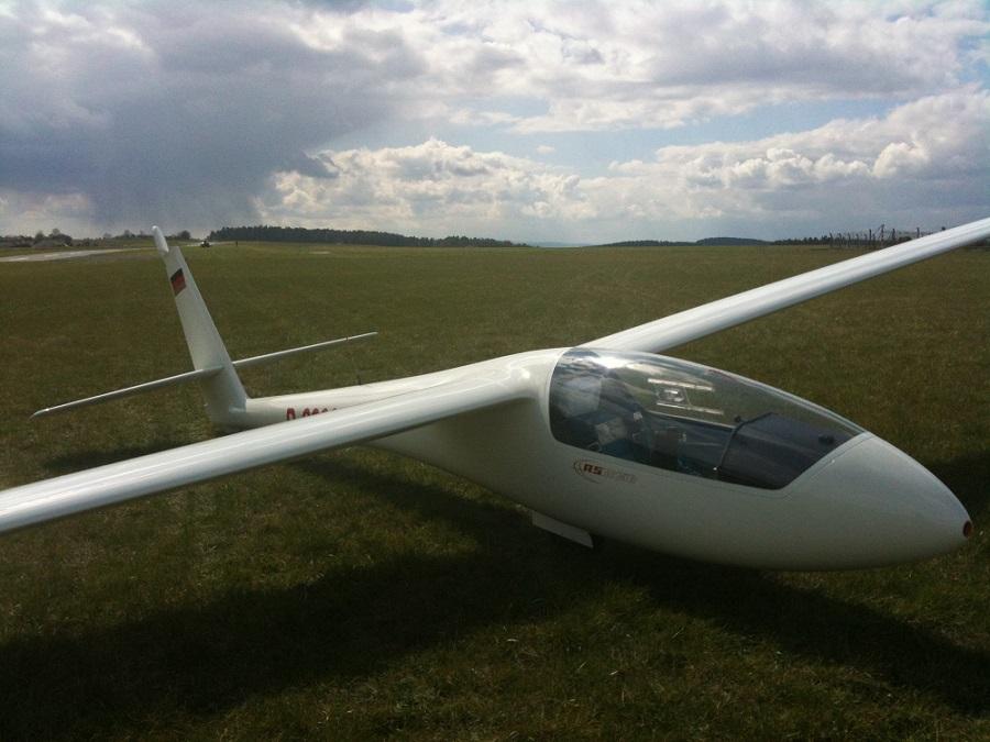 D-2303 nach der Landung auf dem Flugplatz Rudolstadt im Hintergrund ein Schauer