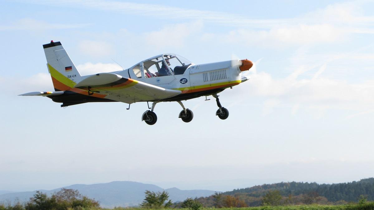 Die Zlin 42 M im Landeanflug Piste 24